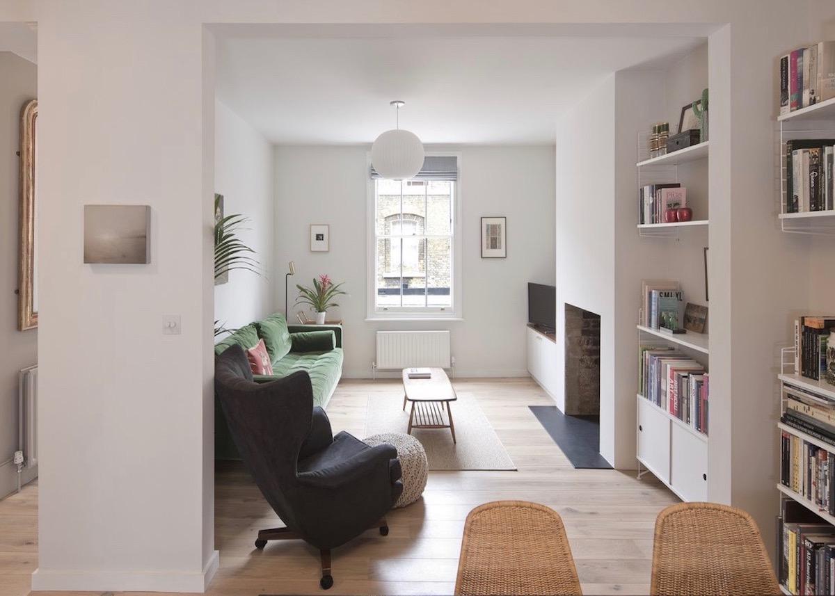 Rénovation maison londres anglaise salon tendance canapé velours vert - blog design - clematc