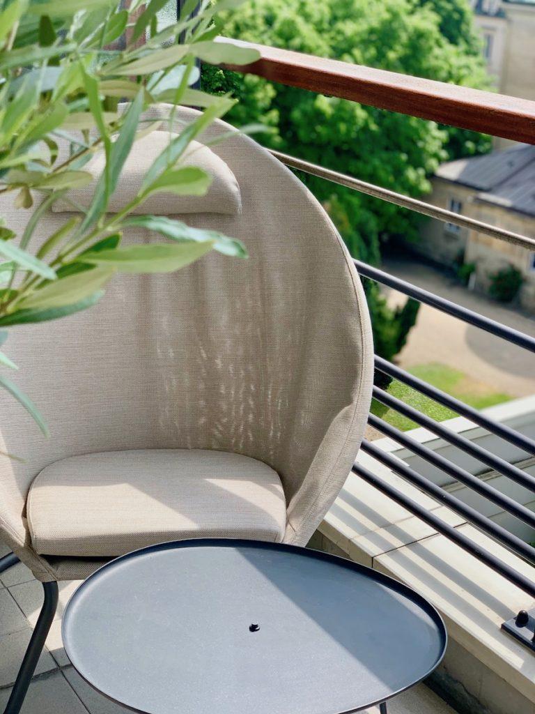Fauteuil beige design Lafuma plante verte table basse déco décoration intérieur design - blog déco - clematc