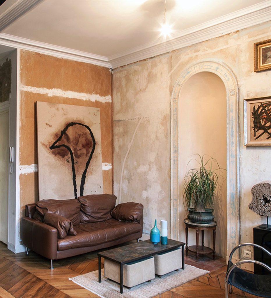 Séjour salon entrée canapé vintage marron en cuir oeuvre d art appartement style ancien - blog déco - clematc