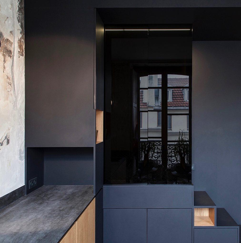 appartement design parisien cube noir fermé paroi vitre verre noir décoration clemaroundthecorner