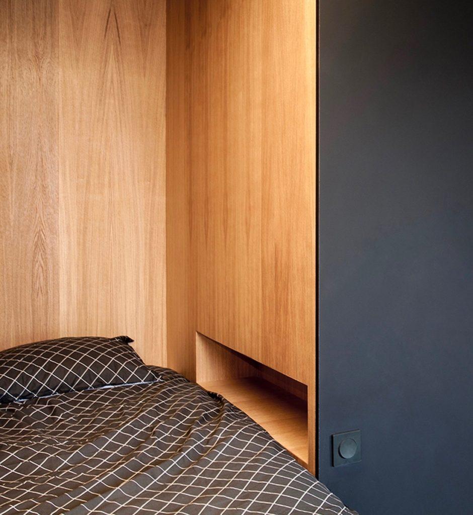 Intérieur chambre cube noir paroi bois table de chevet incrustée prise interrupteur clematc