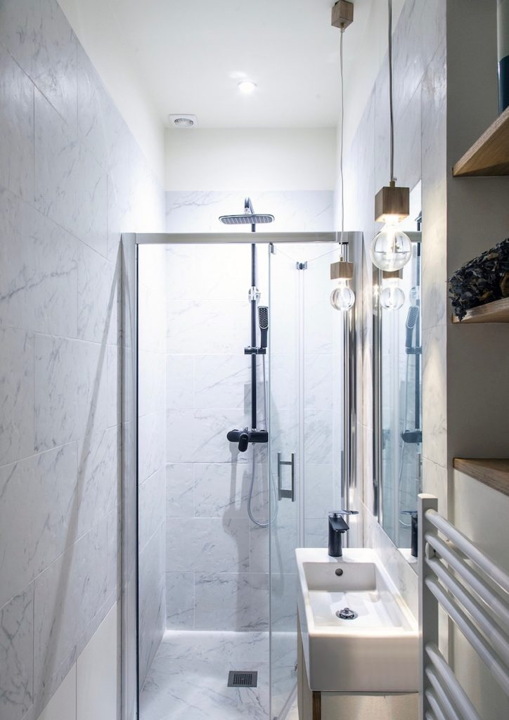 salle de bain blanche douche lavabo rangement clematc