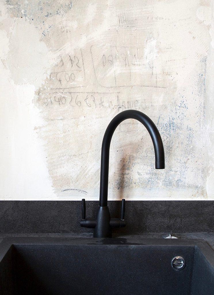 robinet robinetterie cuisine ouverte boîte noire - blog déco - clemaroundthecorner