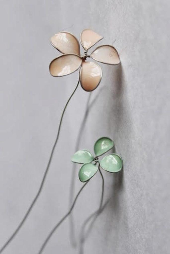 diy avec du vernis à ongles rose vert blanc pour réaliser des fleurs avec du fil de fer - blog déco - clemaroundthecorner