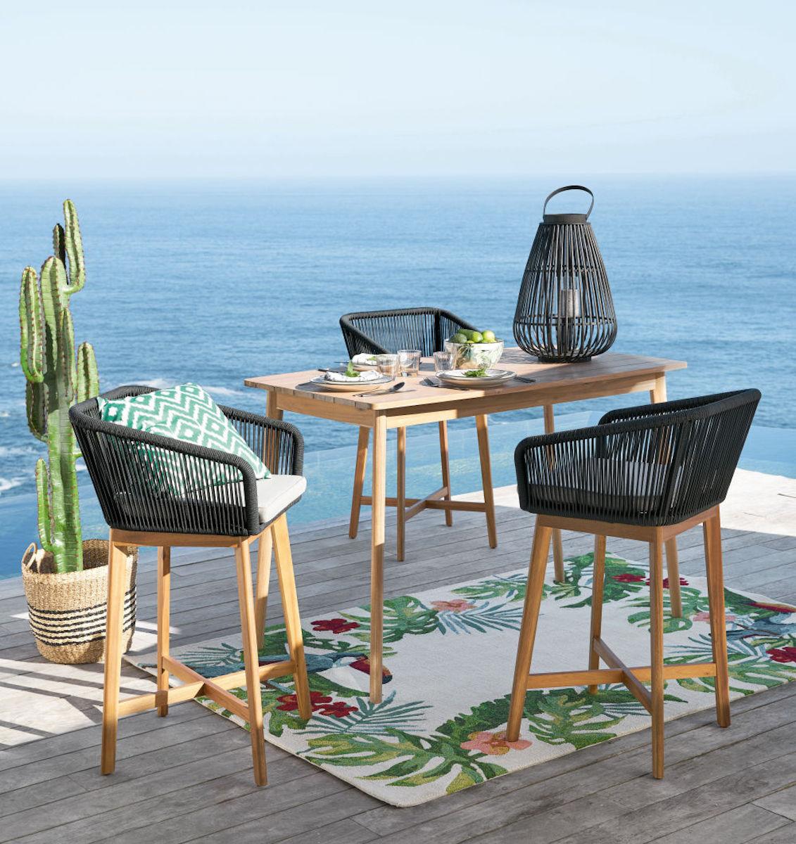 terrasse bord de mer chaise bois noire tapis table bois mobilier outdoor maisons du monde - blog déco - clematc