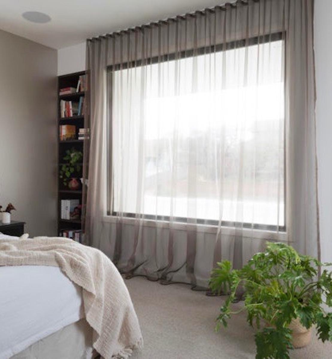 chambre maison green paroi vitrée immense pour capter la lumière énergie solaire passive clemaroundthecorner