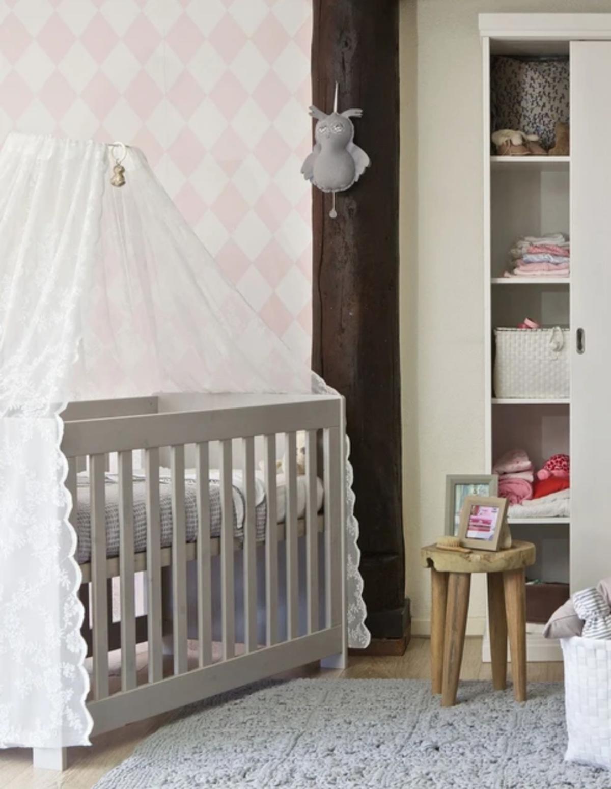chambre nourrisson bébé lit gris doudou peluche clematc