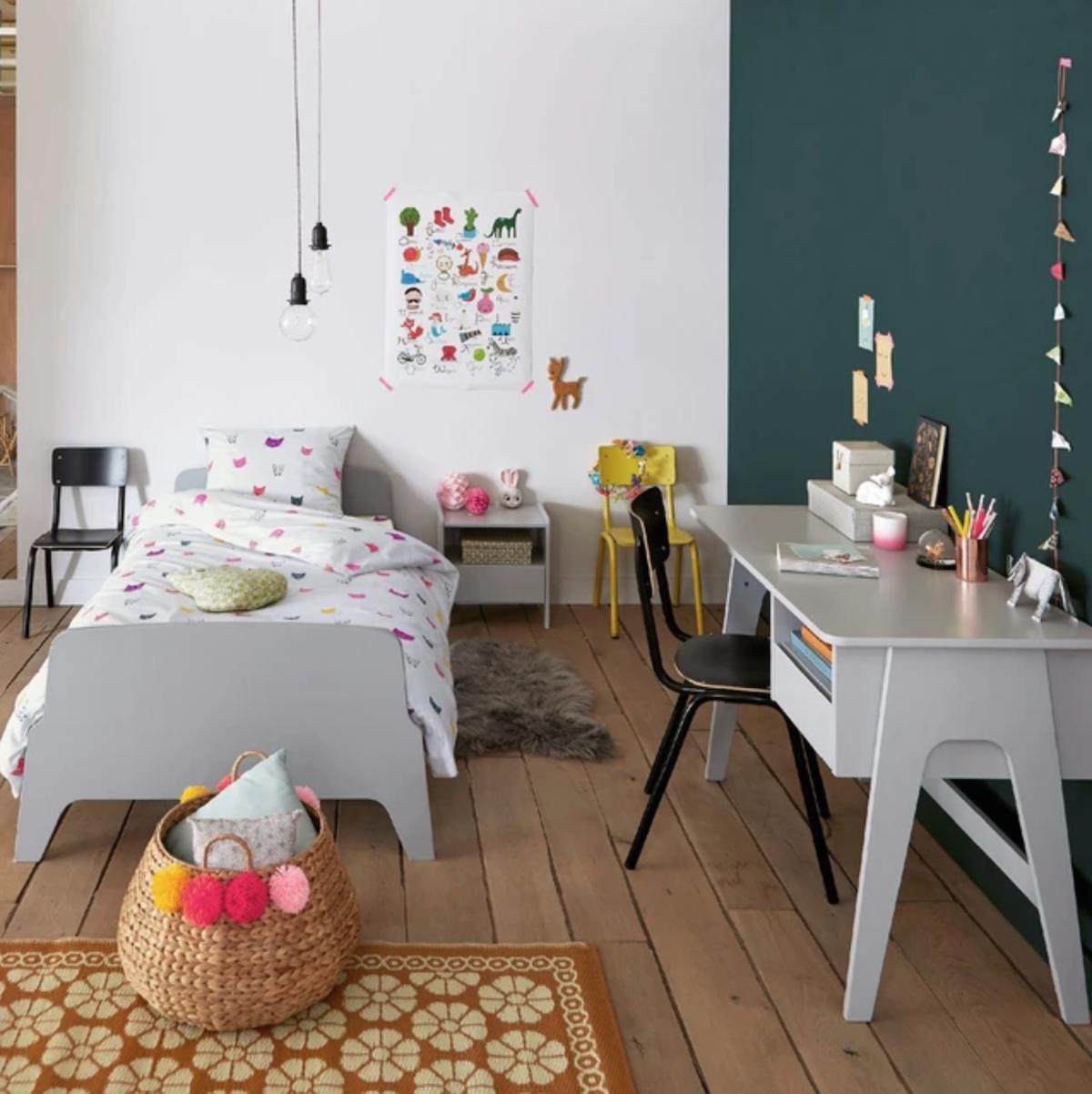 chambre enfant parquet bois bureau et lit gris table de chavet - clematc