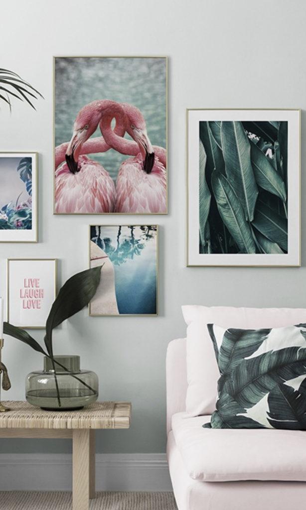déco murale salon encadrement doré tabouret bois vase feuille canapé rose coussin urban jungle - blog déco - clemarounthecorner