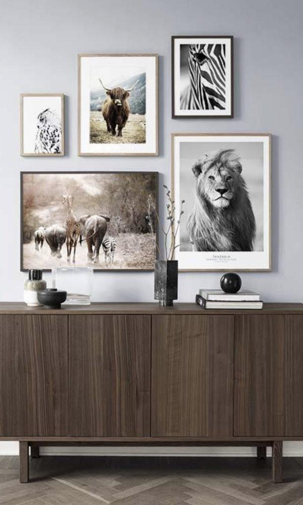 mur de cadres desenio meuble en bois style savane lion zèbre - blog déco - clematc