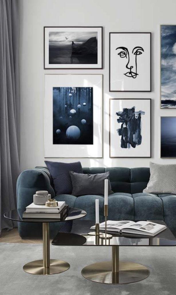 Décoration intérieure bleu canapé velours table basse dorée mur de cadres - blog déco - clemaroundthecorner