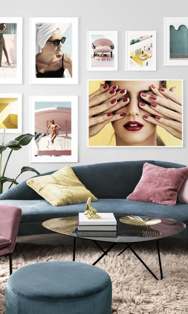 salon canapé vert pouf décoration murale cadres suspendus coussin bicolore photographies - blog déco - clemaroundthecorner