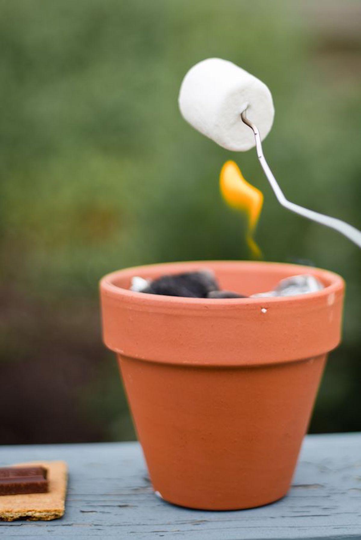 marshmallow grillade pot terre cuite papier aluminium extérieur idée jardin été - blog déco - clematc