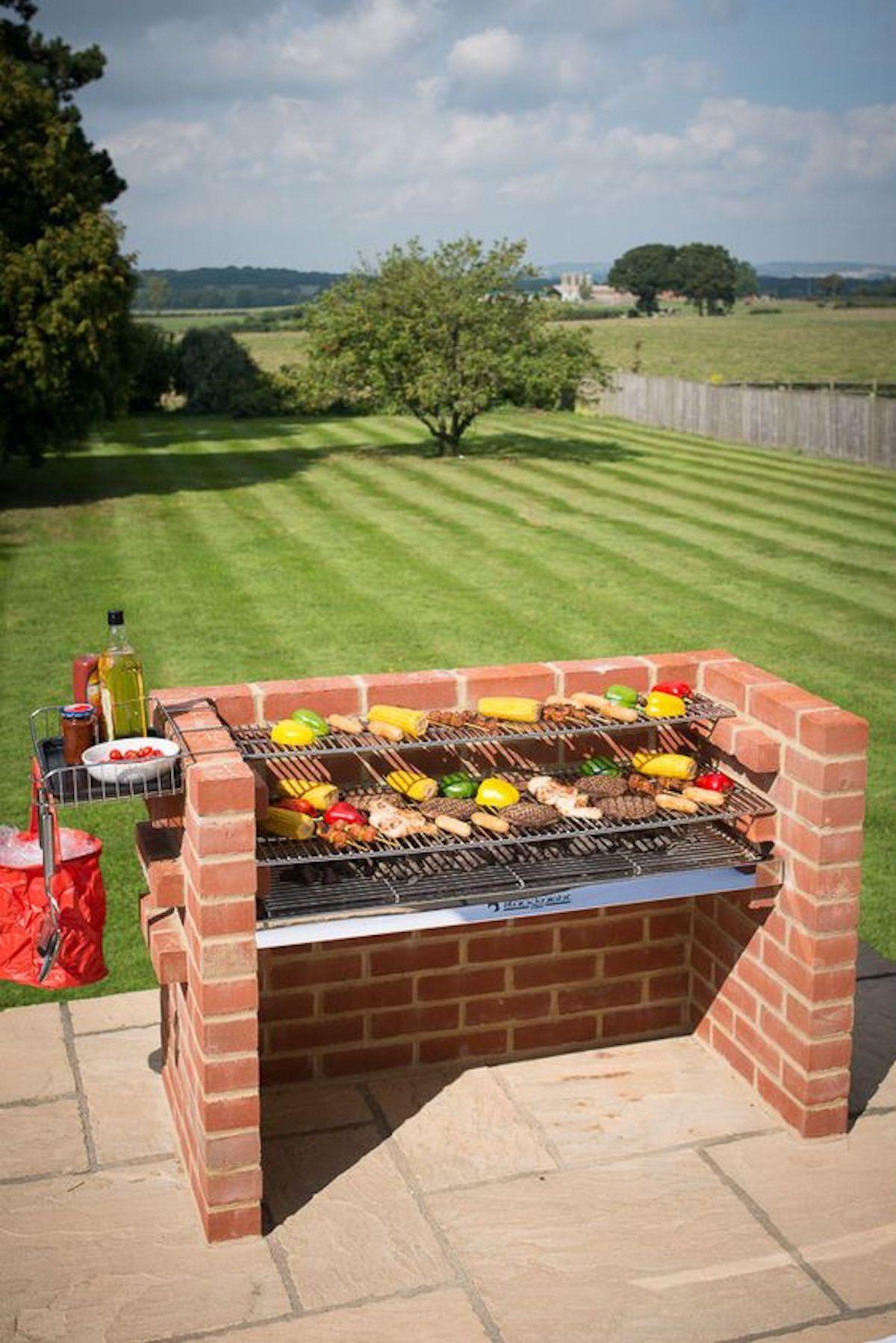 grill bbq mur de briques rouge grille jardin terrasse extérieure - blog déco - clematc