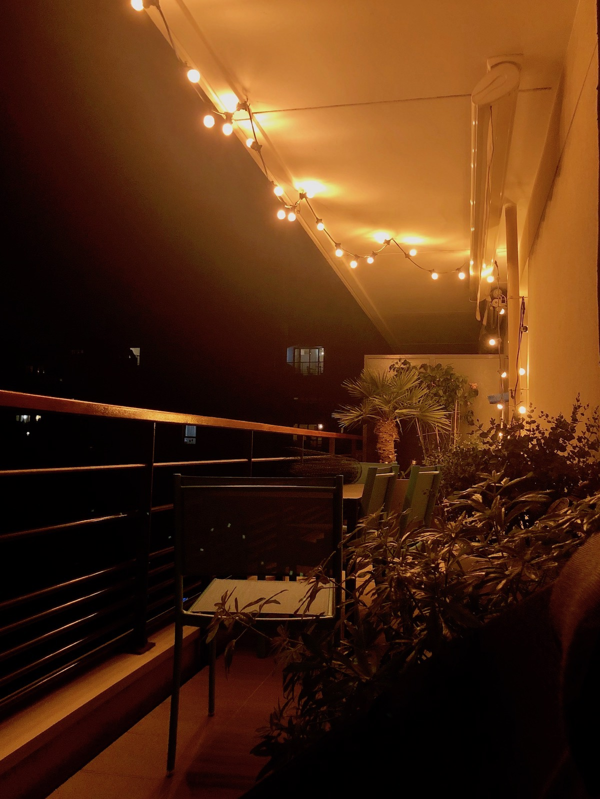 comment éclairer balcon suspension design guirlande retro ampoule - blog déco - clemaroundthecorner
