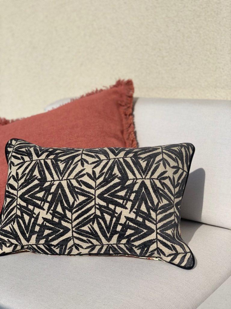 Housse de coussin Gabriel frange motif Laurier noir et blanc canapé extérieur déco décoration clematc