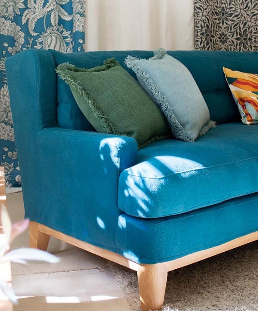 canapé bleu coussin tissu toiles de mayenne tapis fourrure rideaux carrelage beige - blog déco - clematc