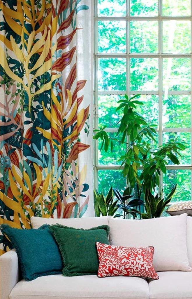 salon coloré rideaux voilage fleurie urban jungle canapé coussin plante verte - blog déco - clematc