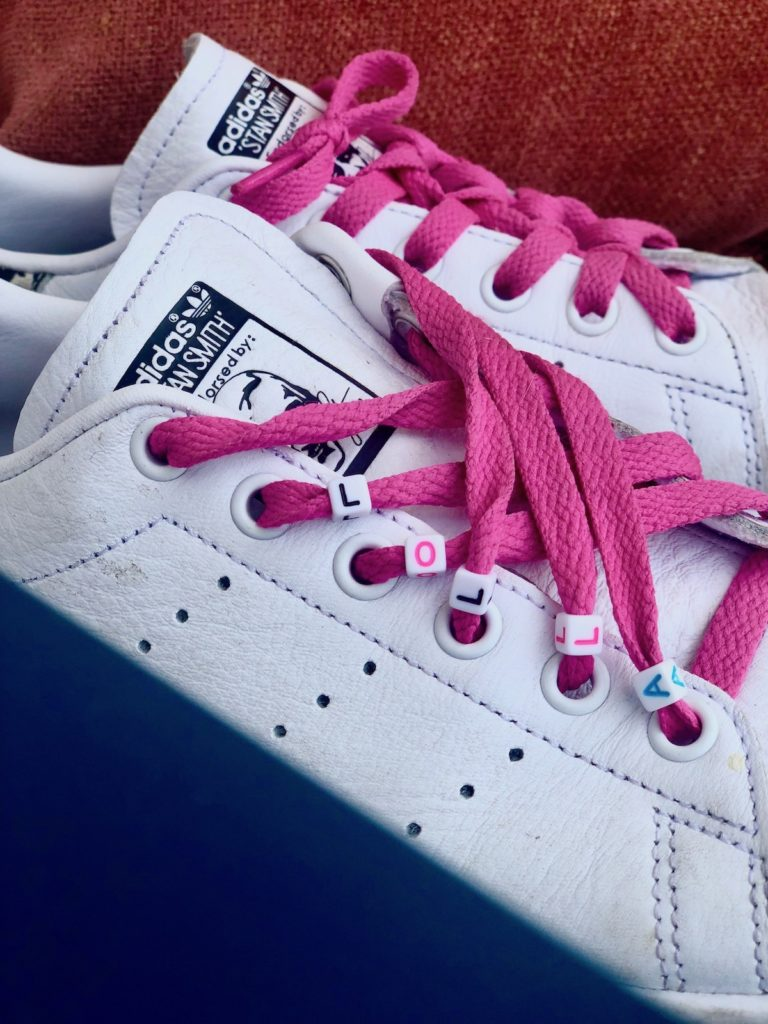 Personnaliser ses chaussures perles lettres lacets rose baskets blanches customiser - blog déco - clematc