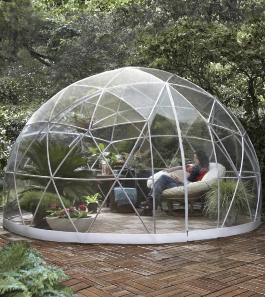 serre garden igloo espace détente fauteuil confortable plantes vertes - clemaroundthecorner