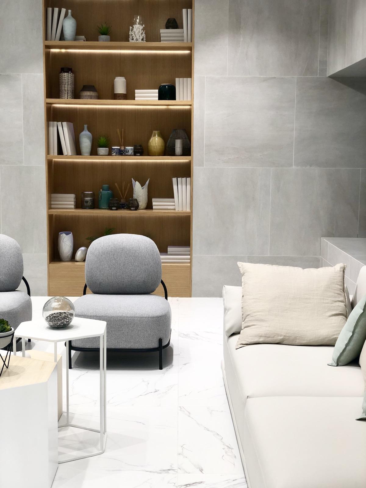 bibliothèque sur-mesure encastré mur carrelage marbre salon design moderne - blog décoration - clem around the corner