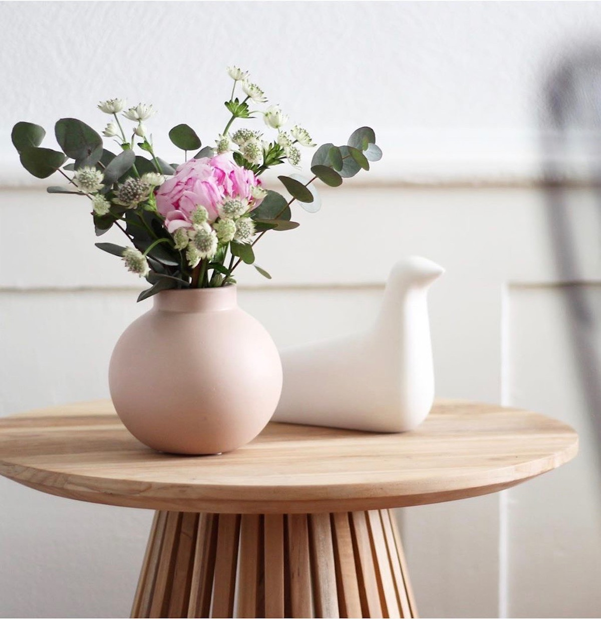table basse bois pot de fleur vase rond rose eucalyptus oiseau vitra blanc - blog clematc
