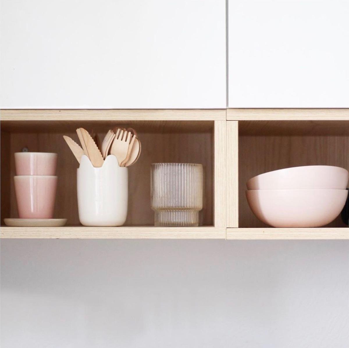meuble cuisine la loutre scandinave vaisselle rose blanc déco tendance - clemaroundthecorner