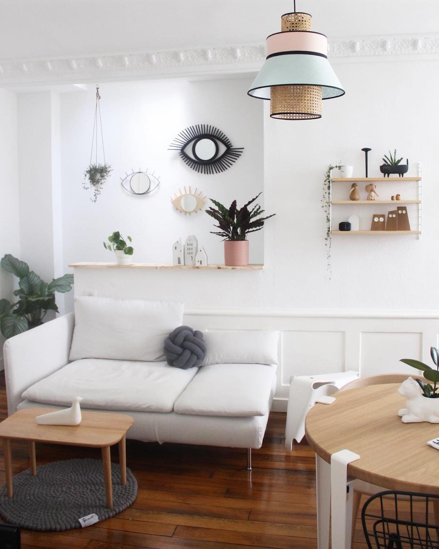 salon lumineux tendance suspension rotin table ronde déco murale oeil rotin - clemaroundthecorner