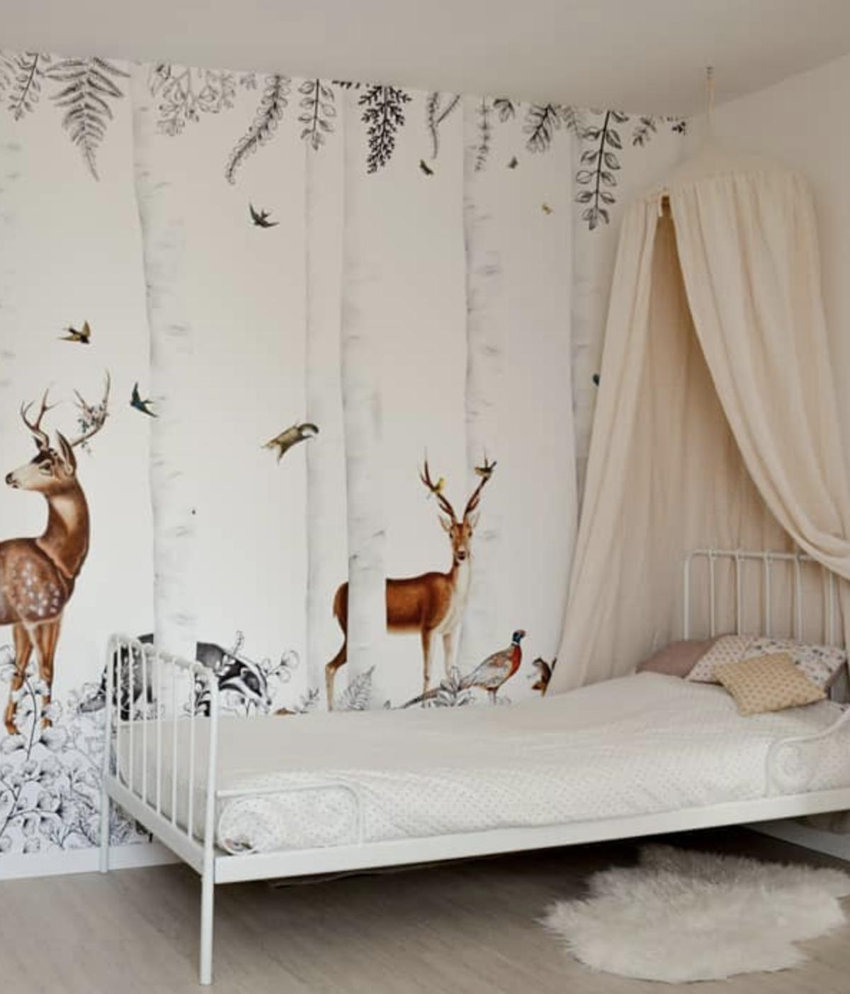 chambre petite fille dans les bois lit barreaux blanc cerfs Loisel Industry - clemaroundthecorner