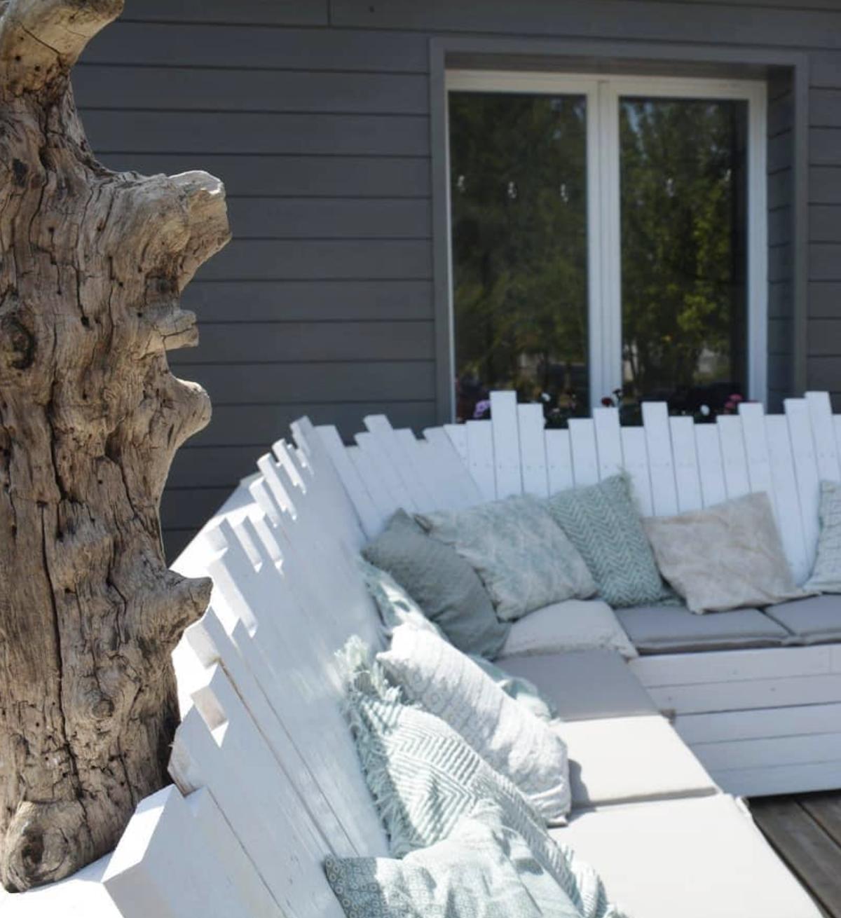 salon de jardin palette blanc coussin terrasse tendance - blog déco - clematc