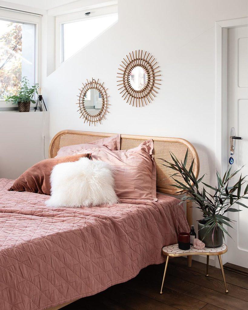 chambre mur de miroir rotin tête de lit cannage drap vieux rose pale