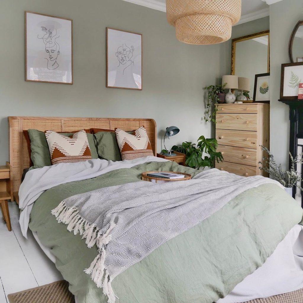 chambre vert de gris pastel suspension rotin bambou lit tête dessin visage cadre affiche