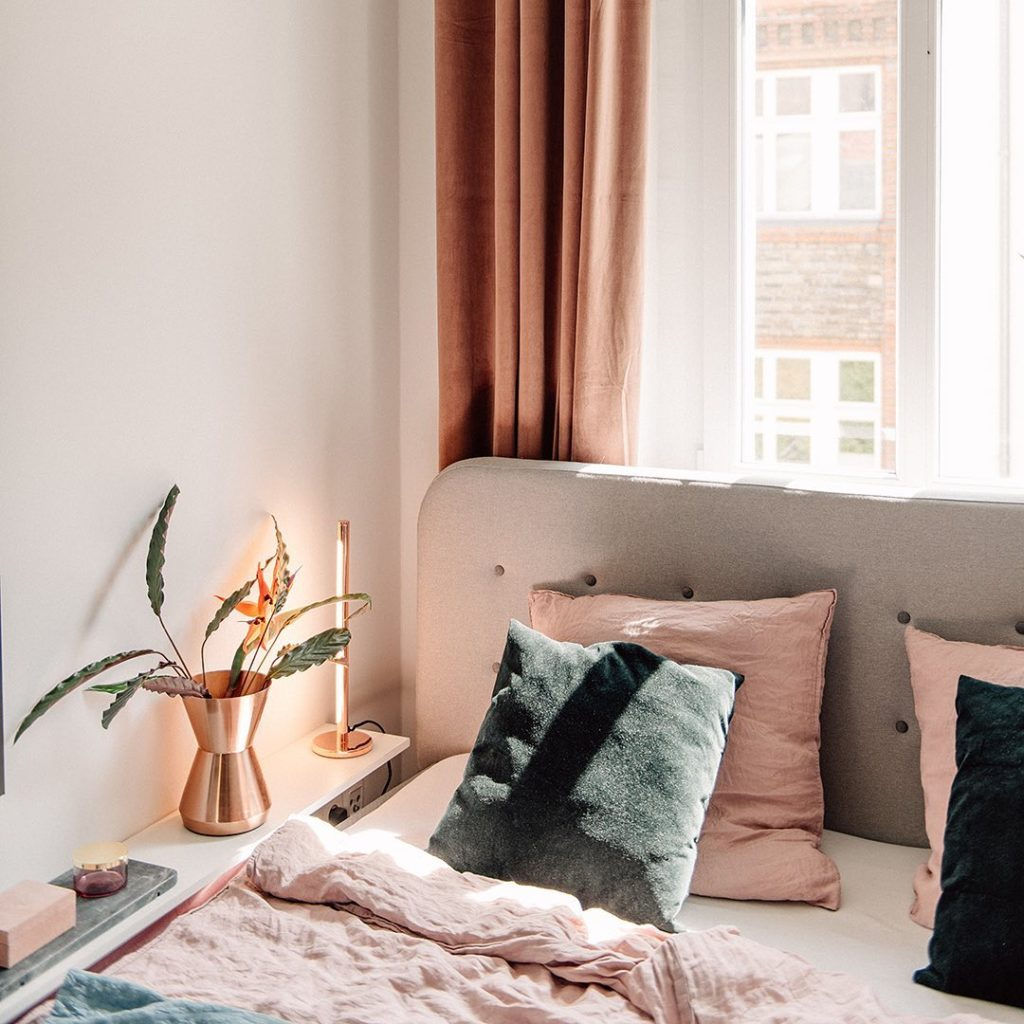 chambre tendance cuivre lampe vase coussin rose vert sapin hygge slow living