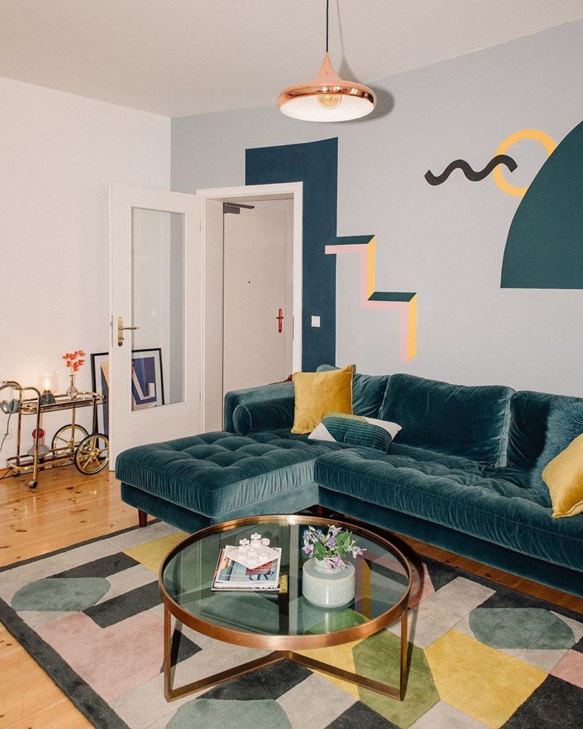 salon canapé bleu canard mur déco papier peint style memphis tapis
