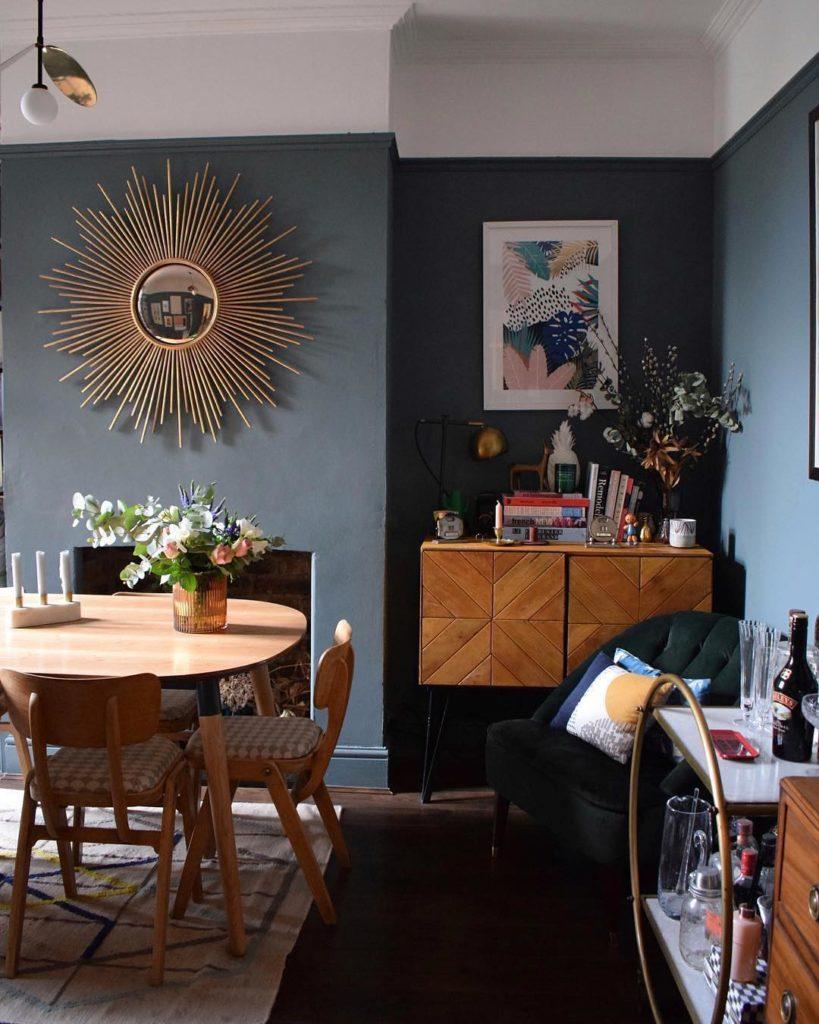 salle à manger mur gris miroir soleil doré meuble 50s moderne