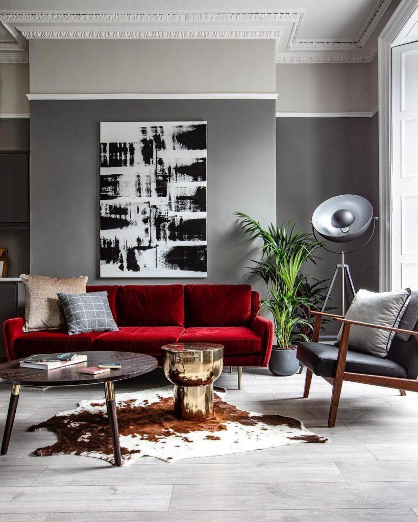 salon gris mur canapé rouge velours déco noir blanc