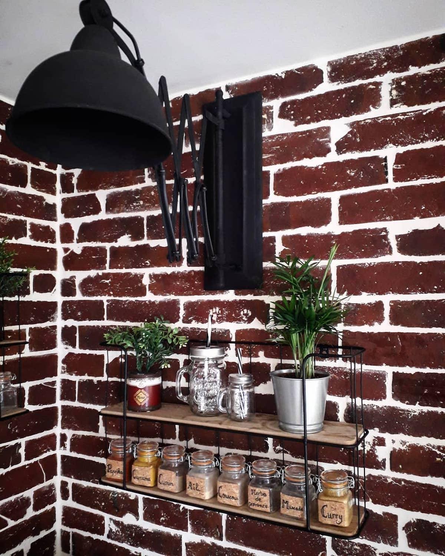 déco industrielle tendance mur de briques rouge applique murale métal noir - clematc