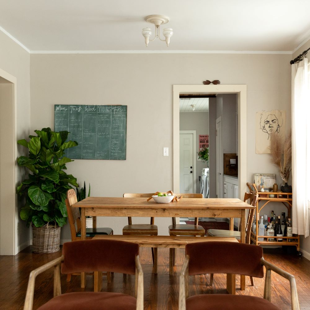 salle à manger table bois rustique chaise velours tableau vert blog déco