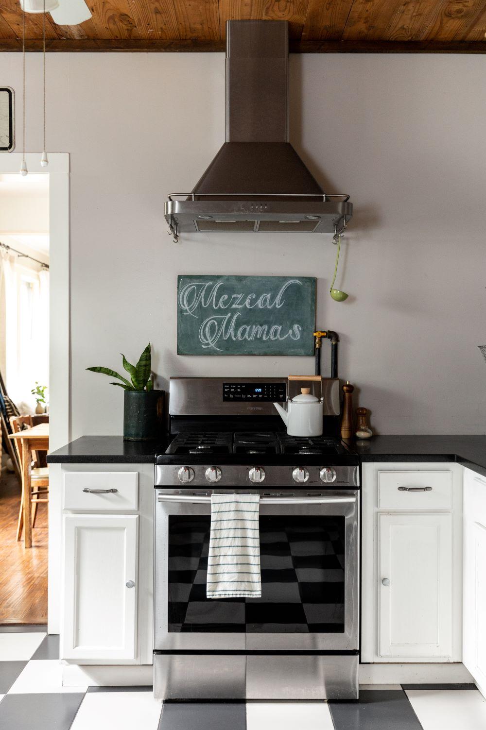 clemaroundthecorner cuisine noire et blanche plafond bois