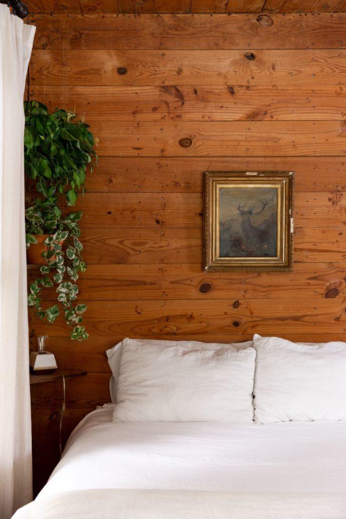 chambre rustique mur bois lamé lit blanc clemaroundthecorner