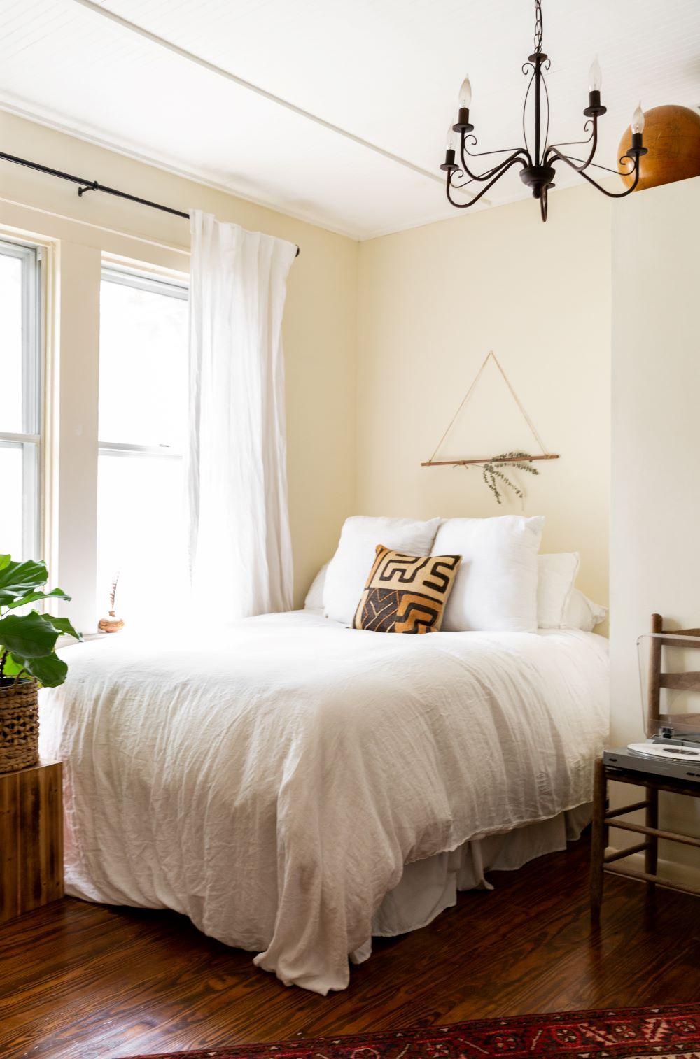 chambre lit blanc parquet bois lustre arabesque noir