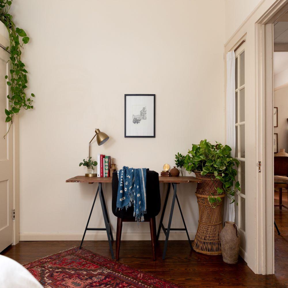 bureau parquet bois naturel déco minimaliste plante verte