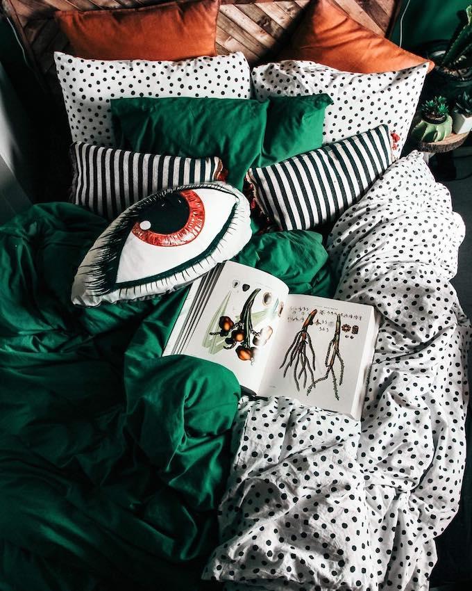 chambre originale colorée lit vert blanc noir couette linge décoration éclectique