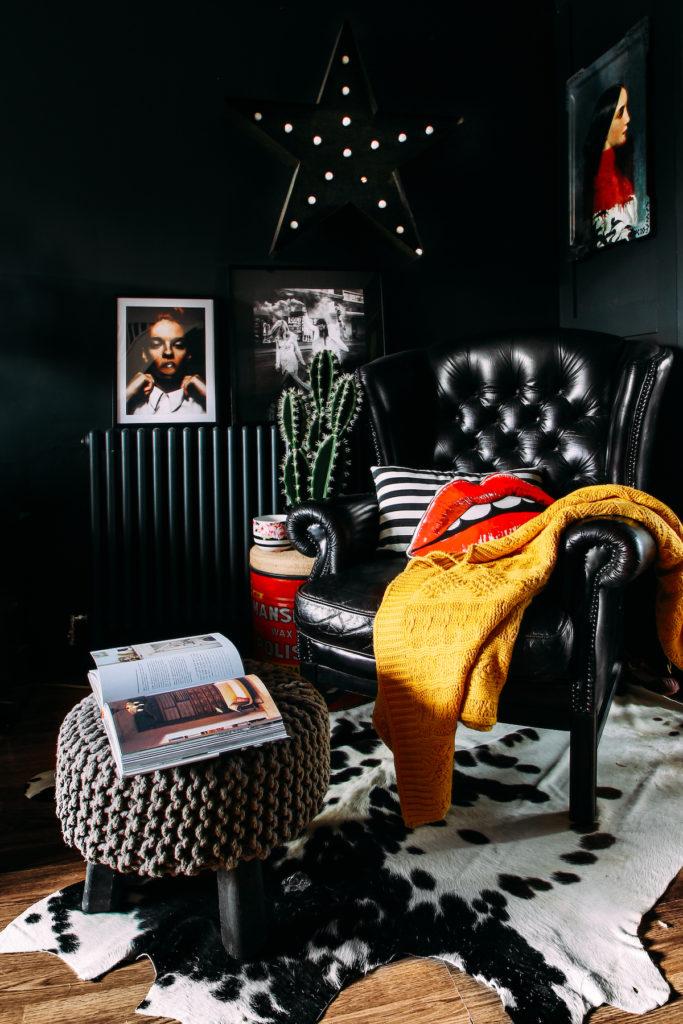 coin lecture appart gipsy parquet tapis fausse fourrure fauteuil en cuir tabouret tricot