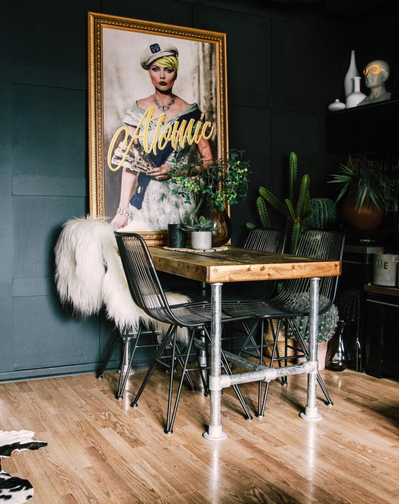 appartement noir table à manger cuisine salon fausse fourrure blanche chaise grillage style industriel rock