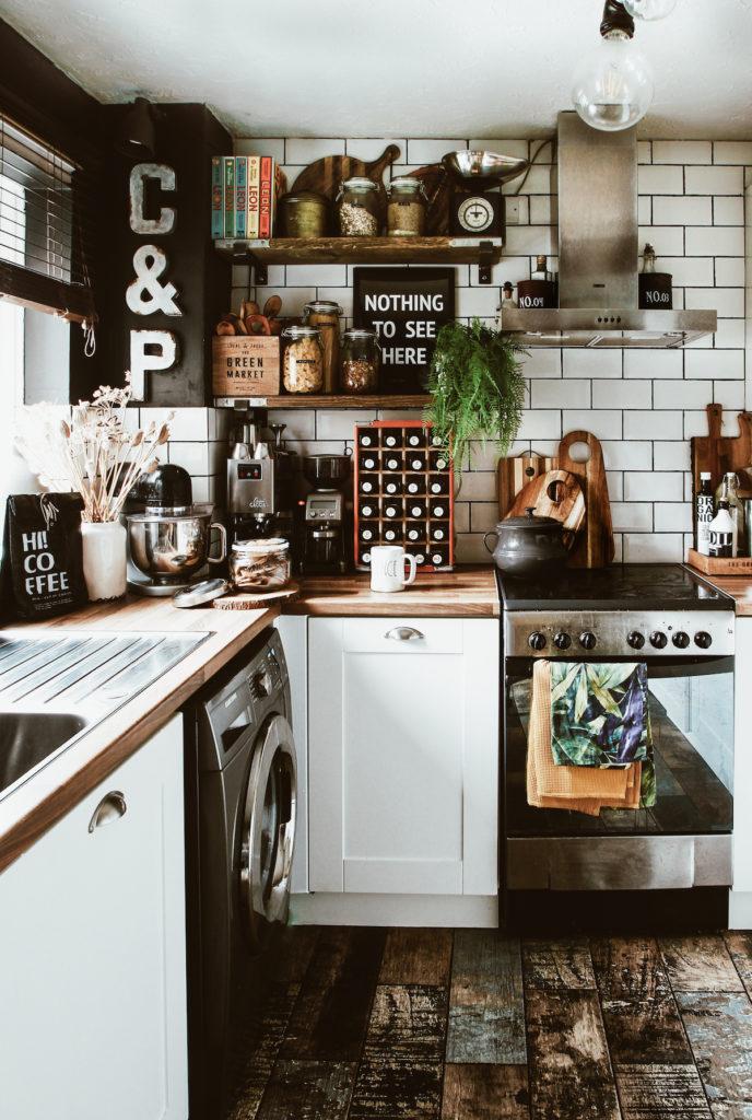 appartement noir idée déco boho pour la cuisine blanc bois noir touche vintage