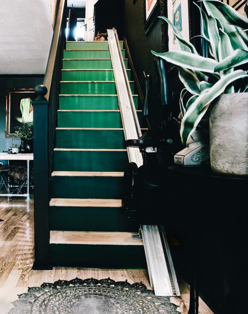 appartement noir escaliers bois dégradé de vert diy idée original parquet émeraude