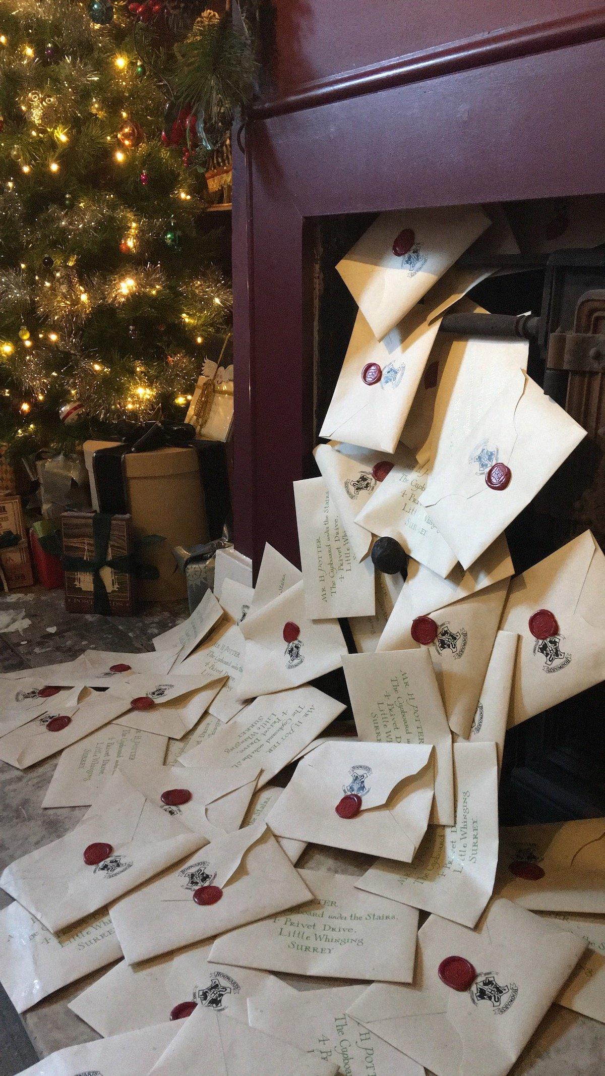 déco harry potter cheminée lettre poudlard décoration fête anniversaire - blog déco - clem around the corner
