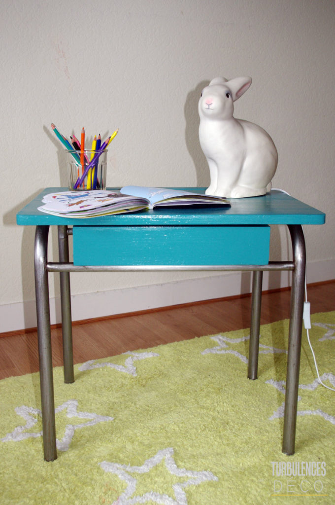 bureau écolier relooké turquoise lampe lapin tapis vert étoile chambre enfant - blog déco - clem around the corner