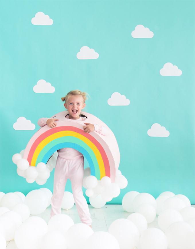 idée originale costume arc-en-ciel enfant ballons